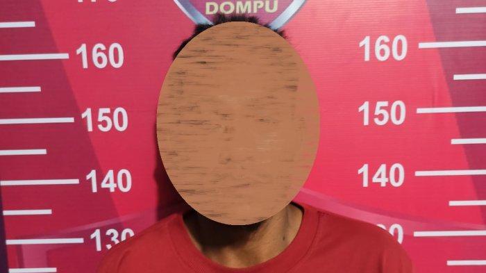 PENCABULAN: Tersangka berinisial N (dua dari kanan; menutup muka) tidak berkutik saat ditangkap  Tim Puma Polres Dompu, Senin (6/9/2021).