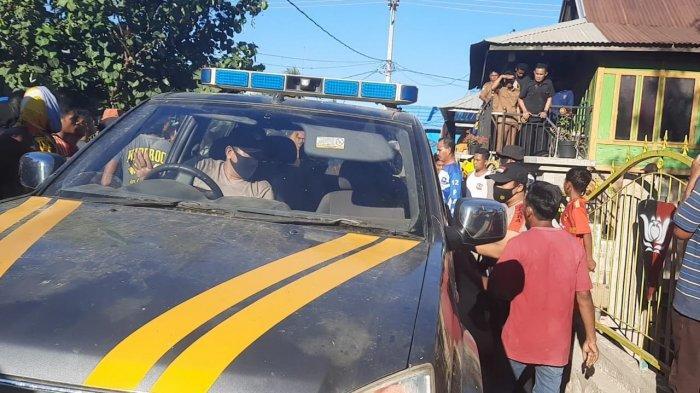 caption: PENCURIAN: Polisi dan TNI berupaya mengevakuasi dua remaja yang dituduh mencuri kambing dari amukan warga, di Desa Lamare, Bima, Rabu (9/6/2021)