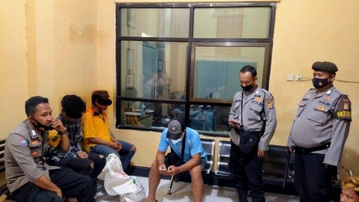 PENCURI: Dua pemuda yang mencuri ayam ditangkap polisi setelah dihajar warga, Selasa (12/10/2021).