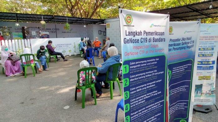 PENERBANGAN: Sejumlah calon penumpang antre mendapat giliran rapid test di Bandara Internasional Lombok, Jumat (21/5/2021). Kala itu calon penumpang cukup menyertakan hasil rapid test atau tes GeNose. (TribunLombok.com/Sirtupillaili)