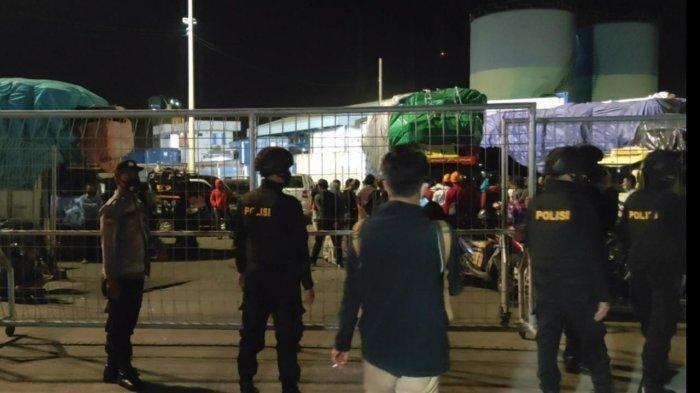PENGAMANAN: Para sopir truk asal NTT yang terdampar di Pelabuhan Lembar protes dengan kenaikan harga tiket yang signifikan, Selasa (7/9/2021). Polisi kemudian mengamankan lokasi dan menangkap dua calo tiket KM Egon. (Dok. Polres Lobar)