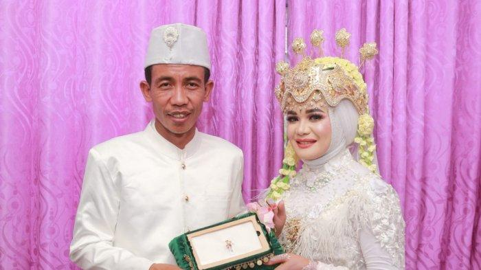 Pengantin Sukiman dan Rohani, warga Gapuk Lauk, Anjani, Kabupaten Lombok Timur yang bikin heboh karena mirip Jokowi.