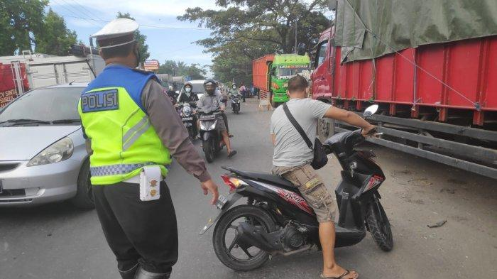 PENYEKATAN: Pengendara yang tidak taat diminta putar balik di perbatasan Kota Mataram – Lombok Barat, Sabtu (17/7/2021).
