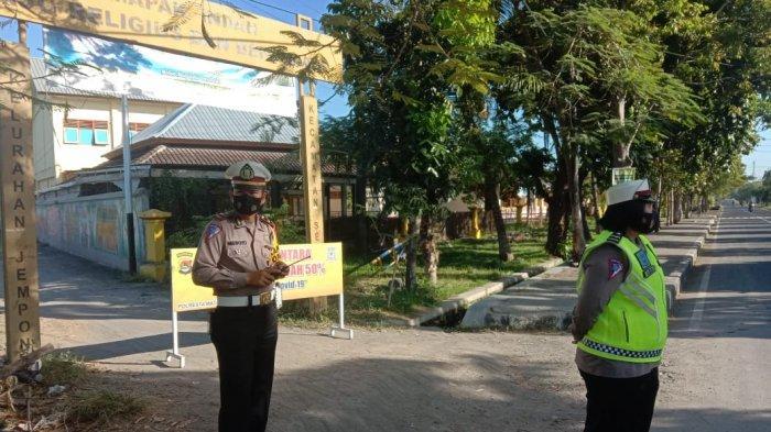 PENJAGAAN: Sejumlah anggota polisi, TNI dan Satpol PP Mataram siaga di pintu-pintu masuk objek wisata di Kota Mataram, Sabtu (15/5/2021). (Dok. Polresta Mataram)