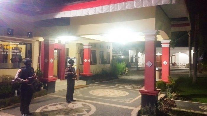 PENJAGAAN: Anggota polisi jajaran Polresta Mataram meningkatkan penjagaan di depan markas masing-masing, Rabu (30/6/2021). (Dok. Polresta Mataram)