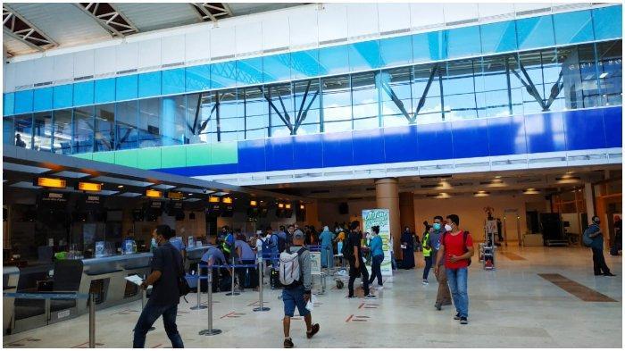 PENUMPANG: Suasana pelayanan penumpang di Bandara Internasional Lombok, Senin (28/12/2020).