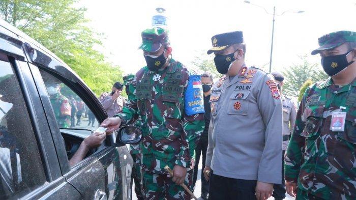 PENYEKATAN: Kapolda NTB Irjen Pol Muhammad Iqbal bersama Danrem 162/WB Brigjen TNI Ahmad Rizal Ramdhani memeriksa pengendara yang masuk ke wilayah Kota Mataram, Senin (12/7/2021). (Dok. Polda NTB )