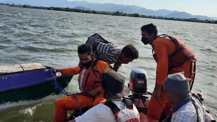 PENYELAMATAN: Tim SAR gabungan melakukan penyelamatan terhadap dua nelayan yang mesin perahunya mati di Bima, Minggu (10/10/2021).