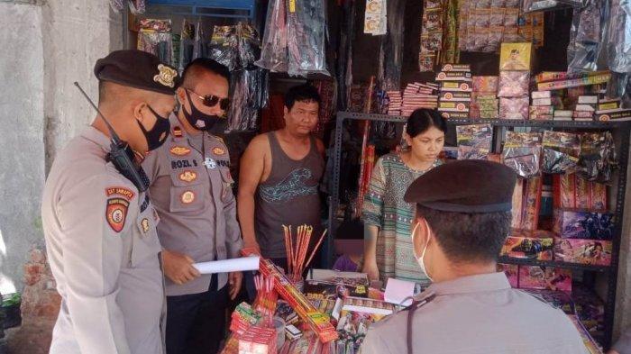 RAZIA PETASAN: Personel Satuan Samapta Polres Lombok Tengah merazia dan menyita petasan berbahaya, Rabu (14/4/2021).