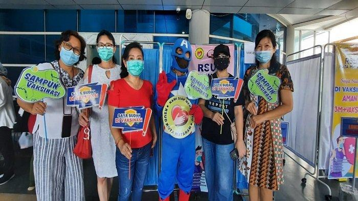Semangati Warga, Petugas Vaksin RSUD Mataram Pakai Kostum Superhero