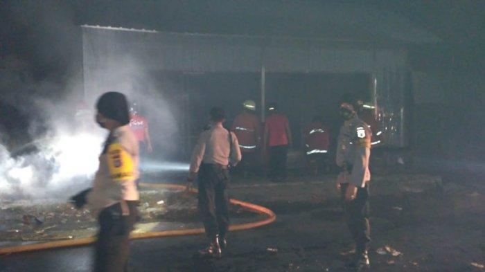 Warung Kopi dan Lapak PedagangBuah di Pasar Selak Mataram Hangus Terbakar