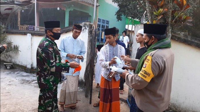 Salat Idul Adha Sulit Dibendung, Polisi-TNI Bagikan 2.000 Masker di Janapria Lombok Tengah