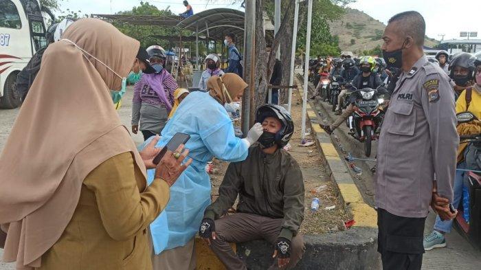 Penumpang Membeludak di Pelabuhan Poto Tano, Tim Kesehatan Tes Swab Antigen Acak