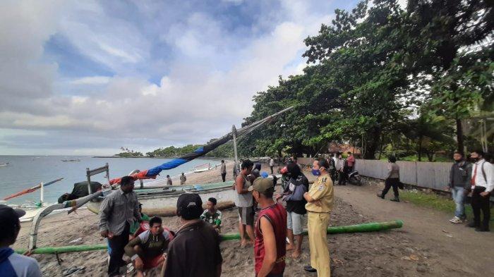PENERTIBAN: Petugas menertibkan perahu-perahu nelayan yang parkir di Senggigi, Lombok Barat, Senin (5/4/2021).
