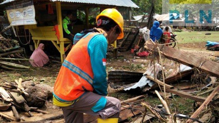PEMILIHAN: Petugas PLN NTB memperbaiki jaringan listrik yang rusak akibat banjir, Sabtu (3/4/2021).