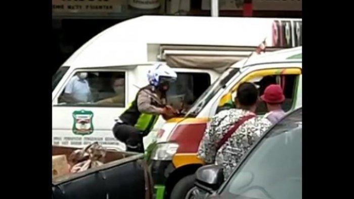 VIRAL Video Angkot Tabrak Polisi hingga Terseret dan Bergelantungan di Kaca Depan