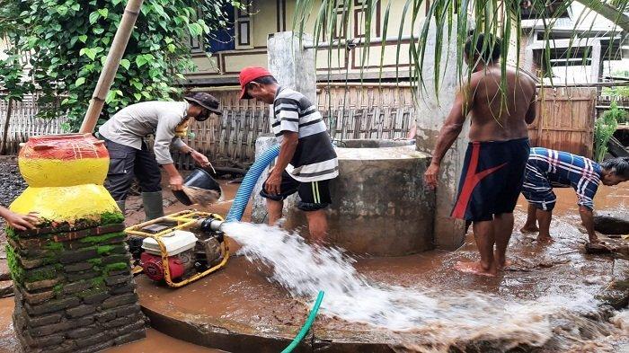 Korban Banjir Sumbawa Mulai Membersihkan Lumpur Bekas Banjir di 4 Desa, TNI-Polri Bersinergi