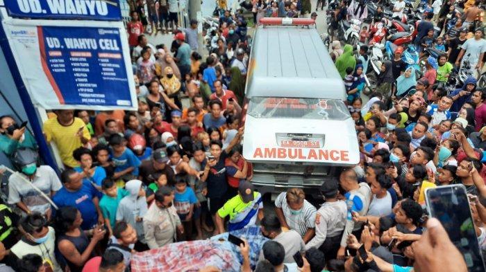 EVAKUASI: Proses evakuasi korban tewas tersengat listrik di Kota Bima, Senin (5/4/2021).