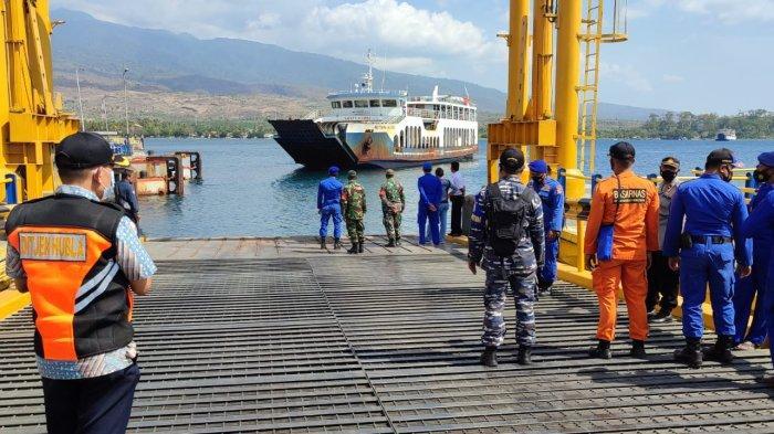 Proses evakuasi penumpang KMP Permata Lestari II, di Gili Kondo Lombok Timur, Senin (4/10/2021).