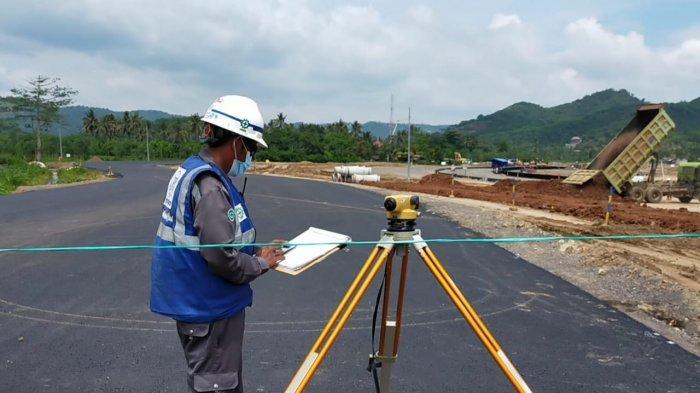 SIRKUIT: Proses pengerjaan JKK atau sirkuit jalan raya di KEK Mandalika, Jumat (19/2/2021).