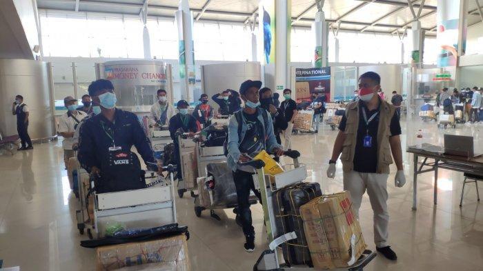 PULANG: Para PMI asal NTB yang dipulangkan dari Malaysia tiba di Bandara Juanda Surabaya, Jumat (30/7/2021). (Dok. Disnakertrans NTB)