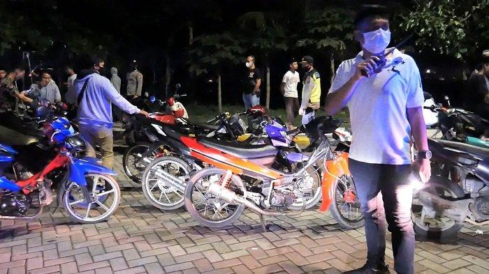 Tim gabungan TNI-Polri mengangkut sepeda motor dan mobil saat patroli skala besar, di Lombok Tengah, Sabtu malam (17/4/2021).