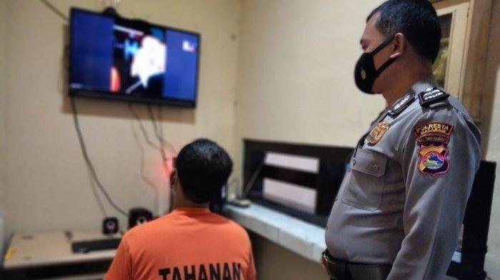 LAYANAN: Salah seorang tahanan Polresta Mataram berkomunikasi dengan keluarga melalui layanan zoom meeting dengan keluarga, Jumat (12/3/2021).