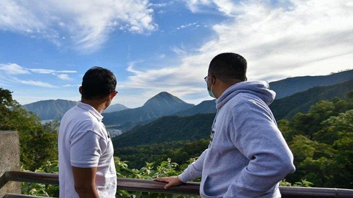 Menparekraf Sandiaga Salahuddin Uno (kiri) bersama Gubernur Provinsi NTB Zulkieflimansyah (kanan) menikmati pemandangan di puncak Sembalun, Lombok Timur, Jumat (7/5/2021).