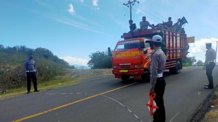 KECELAKAAN: Satlantas Polres Dompu melakukan olah TKP kecelakaan maut yang menewaskan satu keluarga di Dompu, Kamis (22/4/2021). (Dok. Polres Dompu)