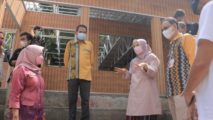 SEKOLAH PLASTIK: Wakil Gubernur NTB Sitti Rohmi Djalilah (dua dari kanan) bersama tim meninjau pembangunan SDN 4 Medas Bentaur, Lombok Barat yang dibangun menggunakan bata plastik hasil daur ulang limbah plastik, Selasa (15/6/2021).