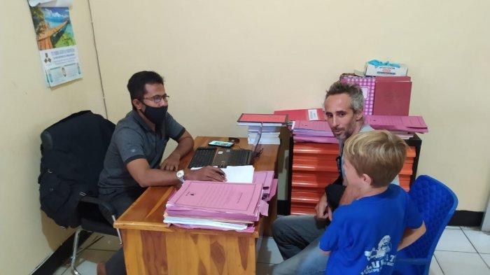 PENCURIAN: Seorang pemuda diduga mencuri di rumah bule Prancis di Taliwang, Sumbawa Barat.
