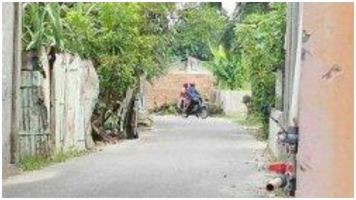 Pria Tutup Jalan Umum di Depan Rumahnya dengan Tembok karena Kesal Diklakson saat Keluarkan Mobil