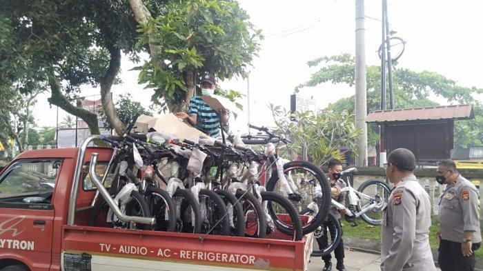 HADIAH: Sepeda-sepeda yang disiapkan Satgas Percepatan Vaksinasi NTB untuk warga yang mau divaksin, Selasa (12/10/2021).