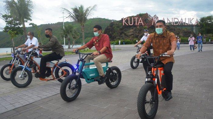 SEPEDA LISTRIK: Menteri Sandiaga Uno (tengah) mencoba sepeda listrik di KEK Mandalika, Lombok Tengah, NTB, Jumat (15/1/2021).