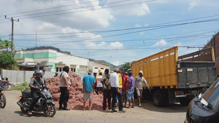 Pecah Ban, Truk Pengangkut Bawang Hilang Kendali dan Tabrak Pemotor di Jalan Lintas Sumbawa