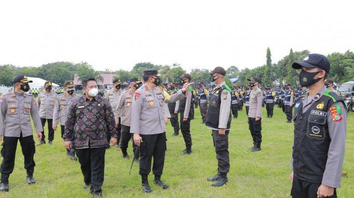 SIAGA PASUKAN: Kapolda NTB Irjen Pol Muhammad Iqbal (tiga dari kanan) mengecek kesiapan pasukan sebelum terjun ke lapangan, Kamis (11/2/2021).