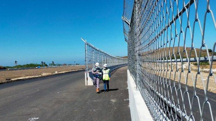 SIRKUIT MANDALIKA: Dua orang pekerja ITDC berjalan di Sirkuit Mandalika yang sedang dibangun, Juli 2021.