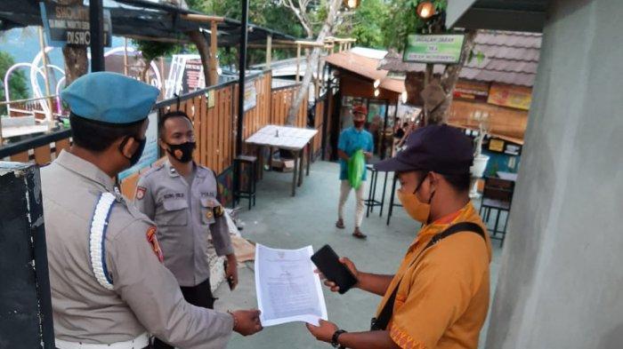 SOSIALISASI: Anggota Polsek Senggigi melakukan sosialisasi kepada para pengelola tempat wisata, Rabu (12/5/2021).(Dok. Polsek Senggigi)