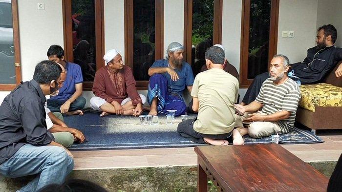 DUKA: Suasana duka di rumah keluarga Syekh Ali Jaber di Kota Mataram, NTB, Kamis (14/1/2021).