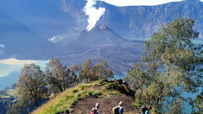 Empat Pendaki Palembang Terjebak Longsor di Rinjani, Balai TNGR Imbau Tidak Mendaki Malam Hari