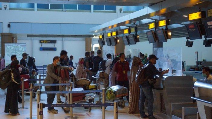 PENERBANGAN: Para calon penumpang di Bandara Internasional Lombok melakukan check-in tiket pesawat, Jumat (3/9/2021).