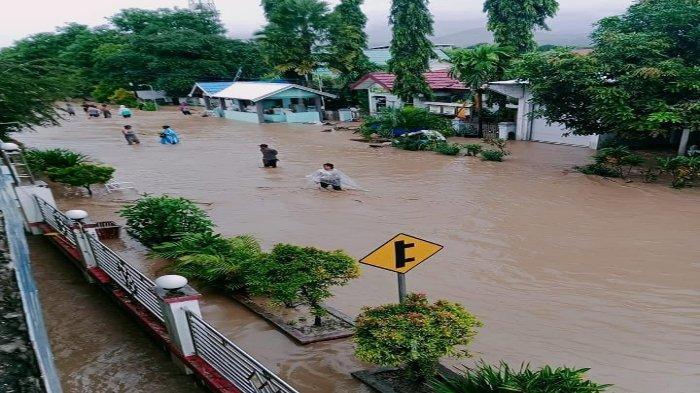Banjir Bandang Terjang 5 Kecamatan di Bima, 10 Rumah Hanyut, Warga Mengungsi ke Lantai Dua Masjid