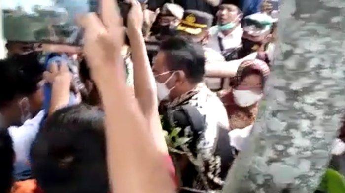 Tangkapan layar video saat Mensos Tri Rismaharini terlibat cekcok dengan demonstran, saat kunjungan kerja di Desa Tetebatu, Lombok Timur, Rabu (13/10/2021).