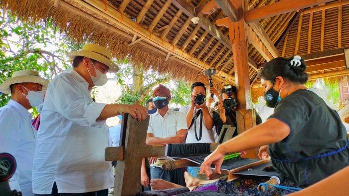 Menko Airlangga Beli 2 Lembar Kain Tenun Seharga Rp 8 Juta di Desa Sade