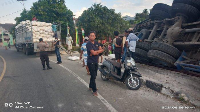 TERGULING: Truk terguling dan menabrak warung di Kecamatan Lape, Kabupaten Sumbawa, NTB, Sabtu (28/8/2021). (Dok.Polres Sumbawa)