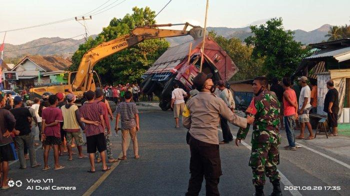 Truk Terguling di Sumbawa dan Seruduk Rumah Warga Gara-gara Seekor Sapi Nyeberang Jalan