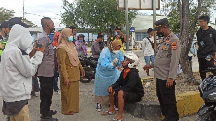 TES SWAB: Petugas melakukan tes swab terhadap calon penumpang di Pelabuhan Poto Tano, Sumbawa Barat, Selasa (18/5/2021).