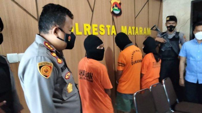 DITANGKAP: Tiga orang tersangka pengedar narkoba ditunjukkan dalam keterangan pers di Polresta Mataram, Selasa (25/5/2021).(Dok. Polresta Mataram)