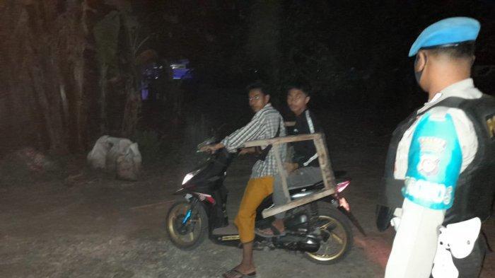PATROLI: Tim Bukal Polres Lombok Barat membubarkan kerumunan akibat lomba gangsing di malam hari, Senin (10/5/2021) dini hari. (Dok. Polres Lobar)