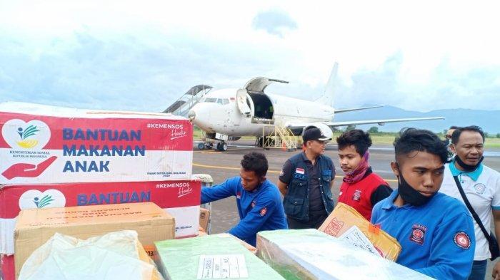 BANTUAN: Tim Dinas Sosial NTB menyalurkan bantuan logistik darurat ke Kabupaten Bima, Senin (5/4/2021). (Dok. Dinas Sosial NTB)
